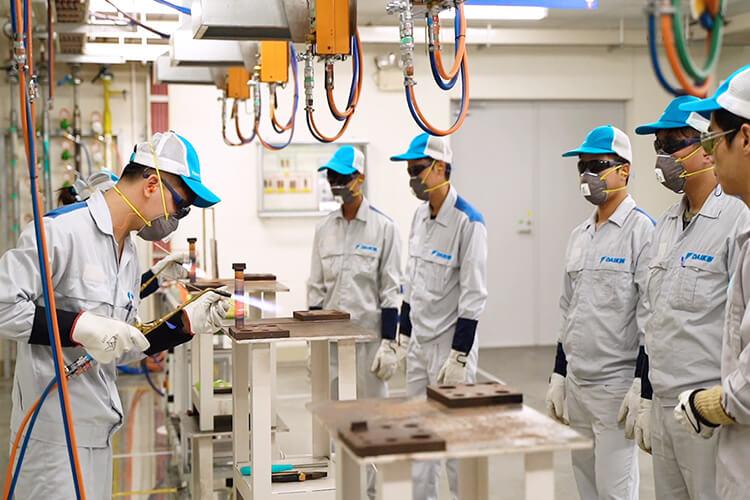 Các kỹ sư Daikin đều qua đào tạo và có tay nghề cao